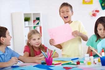Niño contento mostrando su obra de arte