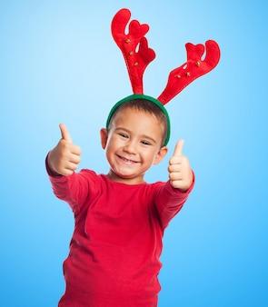 Niño divertido con decoración navideña
