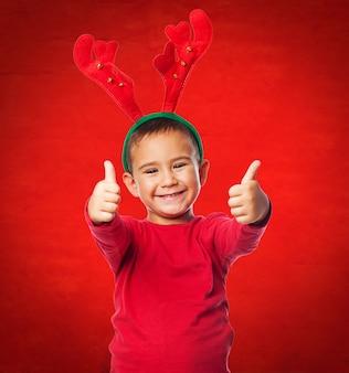 Niño encantador con cuernos de reno
