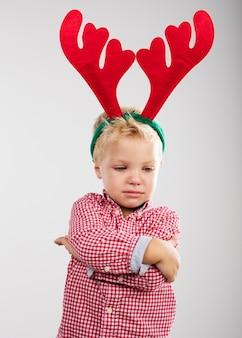 Niño enfadado con cuernos de reno