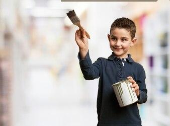 Niño feliz usando una brocha