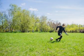 Niño mirando el balón atentamente