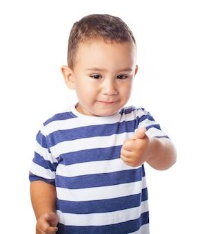 Niño pequeño con un pulgar arriba