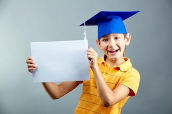 Niño sonriente con un letrero en blanco