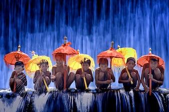 Niños con paraguas de colores