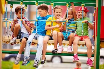 Niños divirtiéndose al aire libre