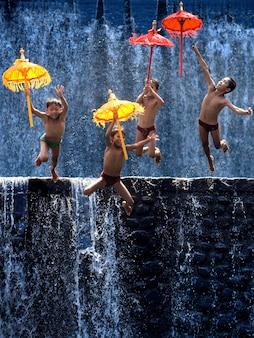 Niños divirtiéndose en una catarata