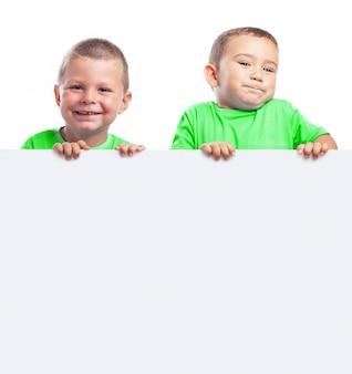 Niños sujetando una pancarta en blanco