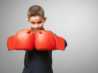 Niño con guantes de boxeo rojos
