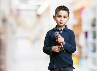 Niño con un microfono