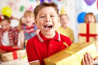 Niño feliz con regalo grande