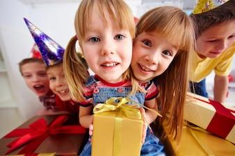 Niños con regalos de cumpleaños