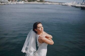 Novia abrazándose a si misma en el mar