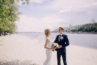 Novia con ramo de flores mirando a su marido