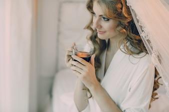 Novia con una copa de vino