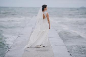 Novia mirando el mar
