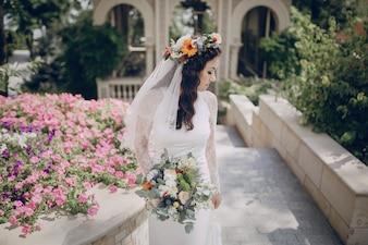 Novia paseando con una diadema de flores