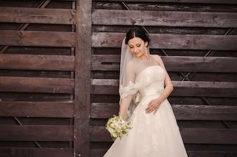 Novia posando con su vestido de boda