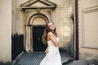 Novia sonriendo en la puerta de la iglesia