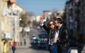 Novio besando la mejilla de su novia para la foto