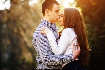 Novio romántico besando la nariz de su novia