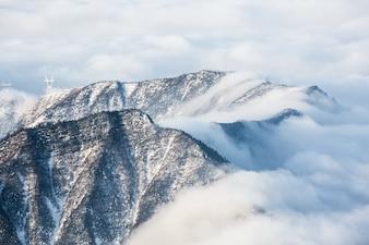 Nube deslizandose por la montaña