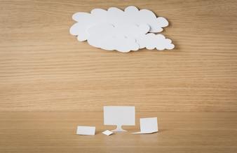 Nube y cuadros de texto sobre una mesa de madera