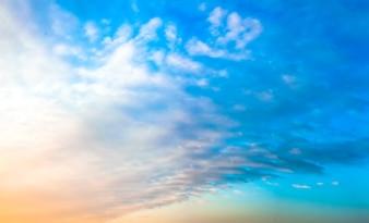 Nubes en el cielo al atardecer