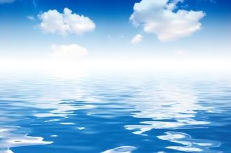 Nubes reflejadas en el agua del mar