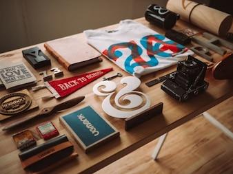 Objetos de diseño sobre la mesa