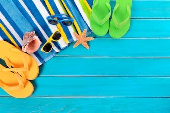 Objetos de playa sobre un suelo azul