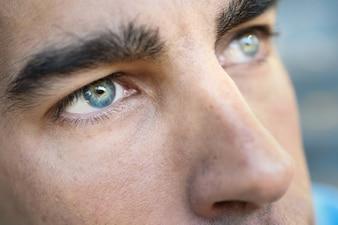 Ojos azules de un hombre