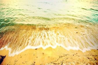 Ola rompiendo en la orilla de la playa