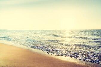 Olas del mar al atardecer y el reflejo del sol