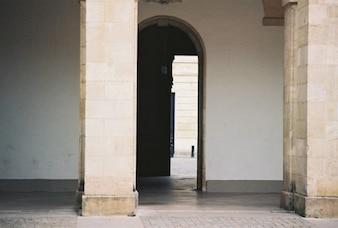 Puerta abierta en el porche