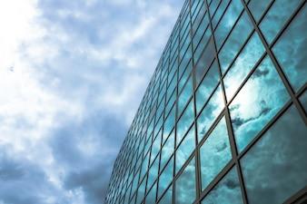 Opinión de ángulo inferior del rascacielos