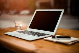 Ordenador portátil en el escritorio de oficina