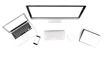 Ordenador, tablet, portátil y teléfono inteligente sobre un fondo blanco