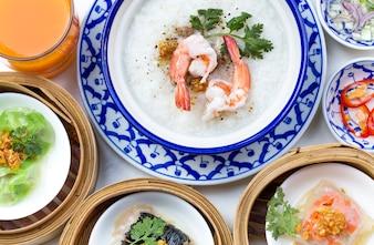 Oriental desayuno conjunto con Congee y Dim sum conjunto.