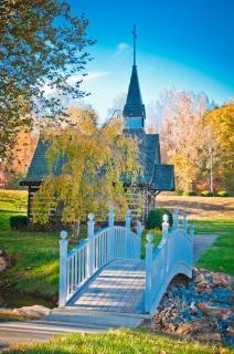 otoño capilla a través del puente