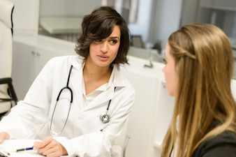 Paciente explicando su dolor al médico
