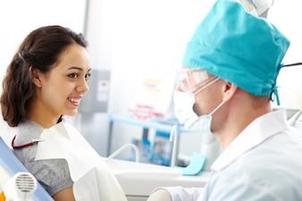 Paciente sentada en la silla del dentista