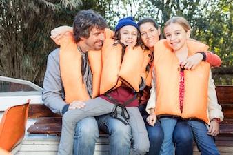 Padres disfrutando con sus hijos en el barco