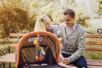 Padres felices sentados en un banco