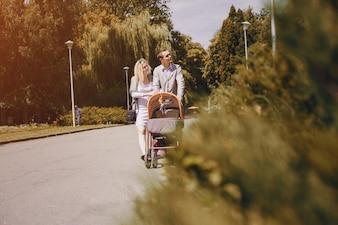 Padres relajados paseando por el parque