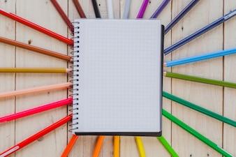 Página de la libreta y lápices