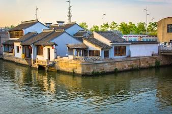 Paisaje de bonitas viejas casas chinas con un río