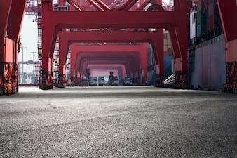 Paisaje de puerto con estructuras rojas