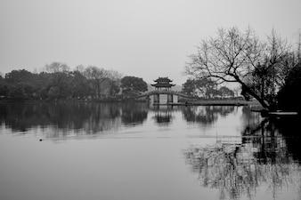 Paisaje de un lago en blanco y negro