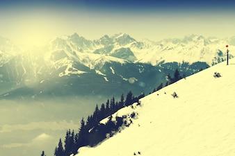 Paisaje hermoso con las montañas Nevado. Cielo azul. Alpes, Austria. Tonificado